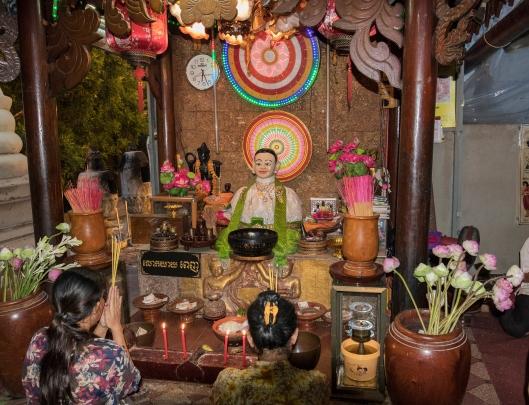 2women_Wat_Phnom